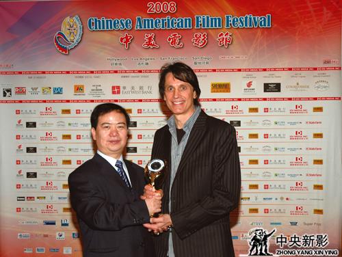 2008年,纪录电影《牛奶·梦》获中美电影节最佳纪录片奖,该片制作人郑富权领奖。
