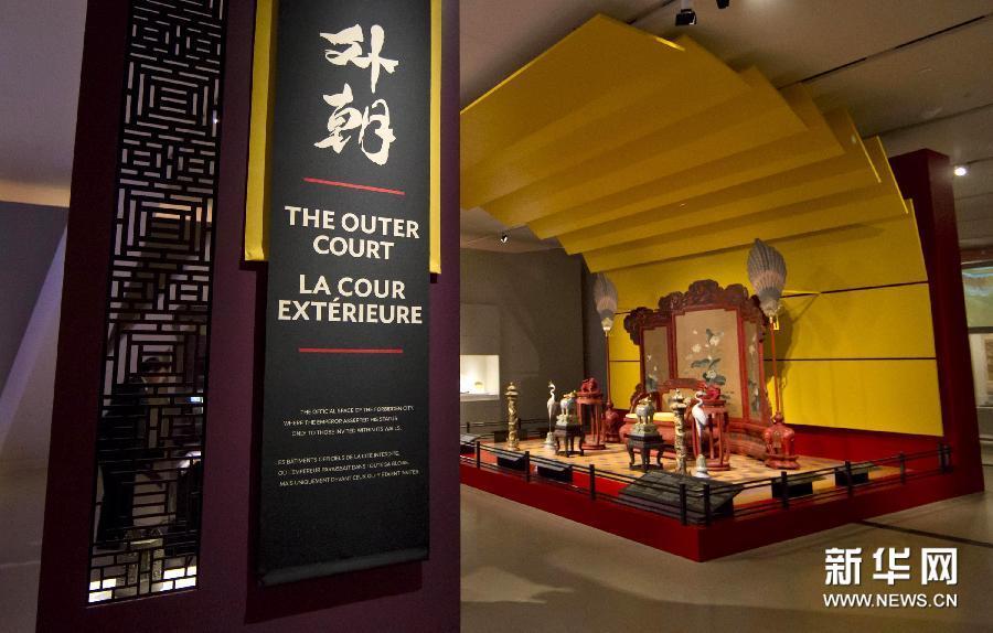 (3)3月5日,在加拿大多伦多安大略省皇家博物馆,一位观众(左)参观北京故宫博物院藏品。