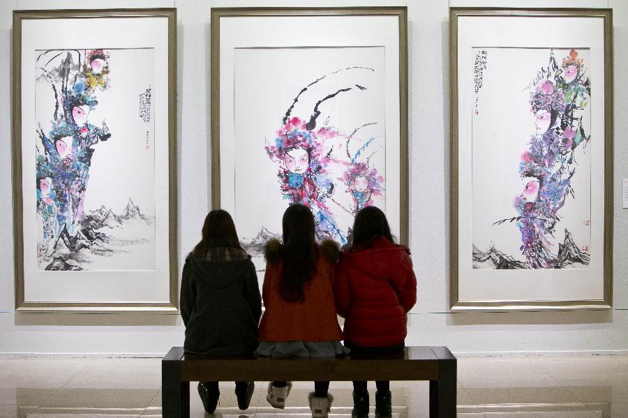 (2)3月7日,观众在中国美术馆欣赏马书林的中国画《杨门女将》。