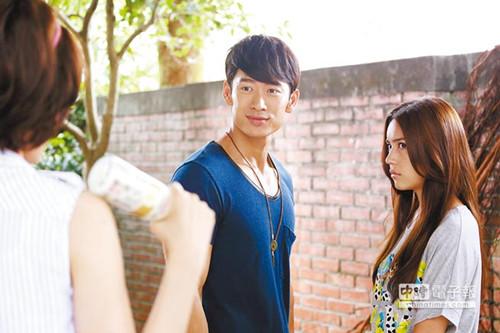 路斯明在《女王的诞生》发型,和韩剧《来自星星的你》中金秀贤的相似。(图自台湾《中国时报》)
