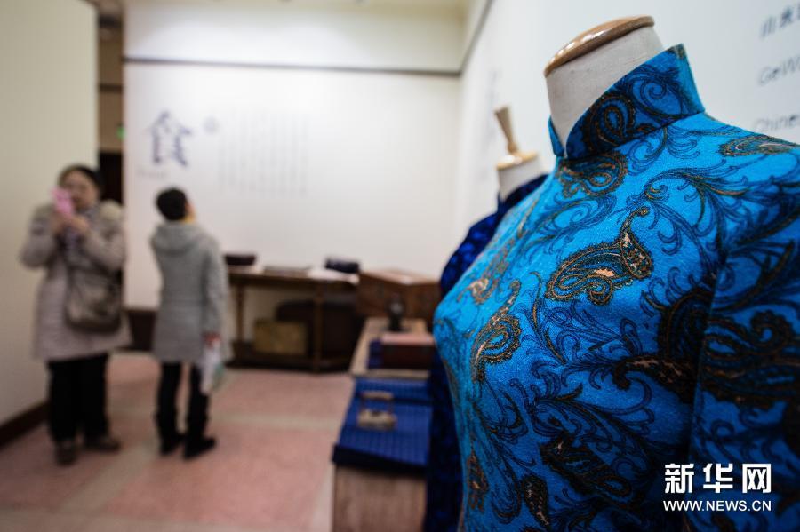 (4)这是民国时期的绒料旗袍(3月11日摄)。