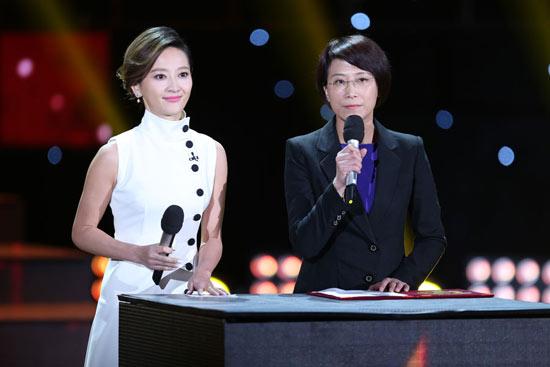 颜江瑛(右)进行第三次权威发布