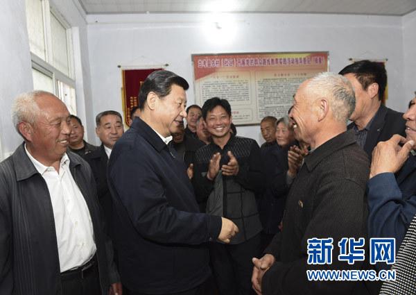 3月17日,习近平在东坝头乡张庄村村委会与干部群众交流。新华社记者 李学仁 摄