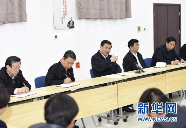 3月17日,习近平在焦裕禄干部学院同在此学习的兰考县部分乡村干部学员座谈。新华社记者 李学仁 摄