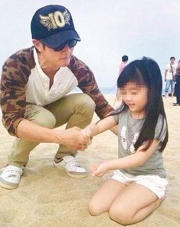 近日,吴尊带女儿NeiNei到三亚度假,其女NeiNei长的清秀可人,被网友大赞好基因。