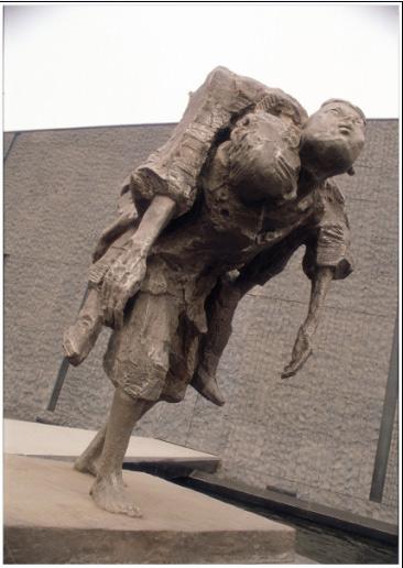 《侵华日军南京大屠杀遇难同胞纪念馆扩建工程主题雕塑逃难之四——祖孙》