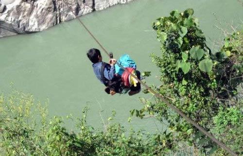 山区孩子的艰辛求学路,您心酸了没,为了梦想,他们一直在路上
