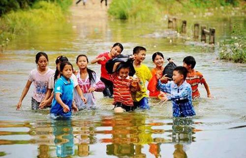 路崎岖,水冰凉,但他们的心是热的,笑容是真挚的