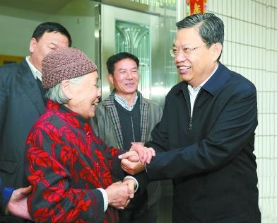 4月21日,赵乐际同志来到韶山市韶山村,亲切看望老党员刘秀华。记者 张目摄