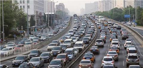 4月30日傍晚,北京西二环车辆严重拥堵。