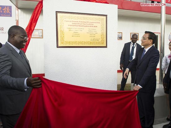 Chinese Premier Li Keqiang (R, front) and Angolan Vice President Manuel Vicente (L) unveil a nameplate at the opening ceremony of a vocational school co-financed by the Chinese and Angolan sides, in Luanda, Angola, May 8, 2014. (Xinhua/Wang Ye)
