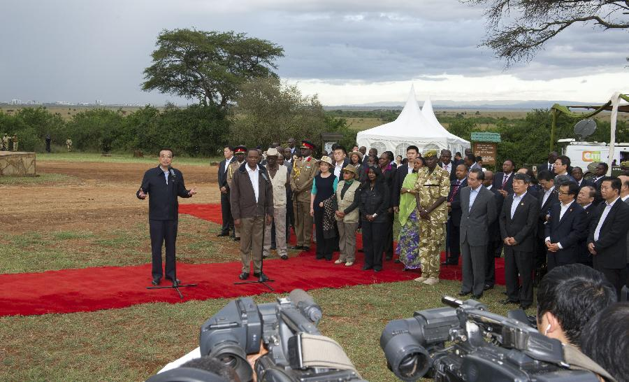 Chinese Premier Li Keqiang (L front) speaks after visiting the Ivory Burning Site Monument in Nairobi National Park with Kenyan President Uhuru Kenyatta (R front) in Nairobi, Kenya, May 10, 2014. (Xinhua/Xie Huanchi)