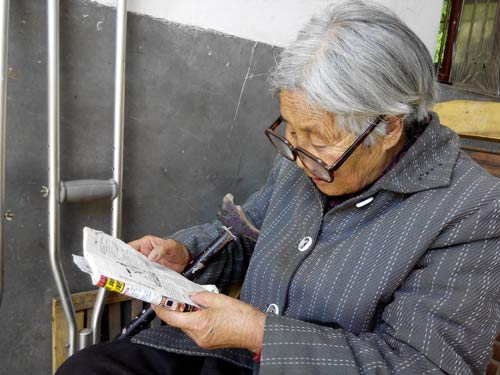 母亲七十多了,坚持每天看书!