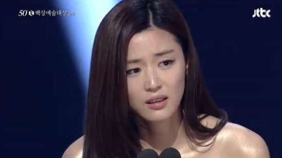 全智贤夺得典礼最大奖,情绪激动落泪