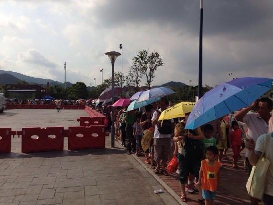 """广州市新儿童公园即时现场 家长带小朋友排队等候入园 今天六一儿童节,是广州市新儿童公园正式开园第一天,一早已经有不少家长带着孩子来等候""""尝鲜""""。早在6时许就已有600人在公园门口排队,地铁2号线公园方向出口也排起长龙。 现场:6点就已排长龙 目前即将达人流峰值 早上6时,市儿童公园门口已经排起600人长龙,8点左右,人龙已经接近2000人,全部人排队安检。秩序井然。现场也有过百名志愿者和医疗人员到位。 8:20,大批家长和小朋友从地铁涌出,现场采取分流措施,公园派出人员分流到公园"""