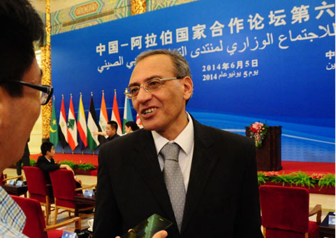 Egyptian Ambassador to China Mr. Magdy Amer (R) gives an interview to Xinhuanet in Beijing, on June 5, 2014. (Photo source: Xinhuanet)