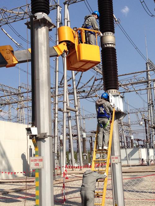 电力检修人员在变电站相互配合进行检修