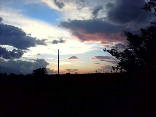 小城一角的三项高压电。娇艳的小村天空