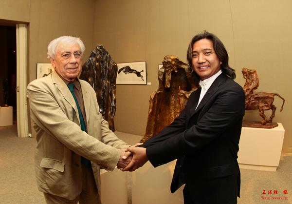 吴为山和法兰西学院主席、当代雕塑大师克罗德·阿巴吉的握手标志彼此的欣赏。 王保胜 摄