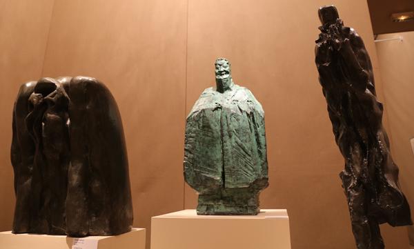 """《守护者》  61x43x53cm  1983年  青铜 ; 《孔子》  83x42x32cm  2012年  青铜;  《我看到了什么?》 101x28x33cm  2010年  青铜    周游列国的孔子在法国讲""""礼""""。 王保胜 摄"""