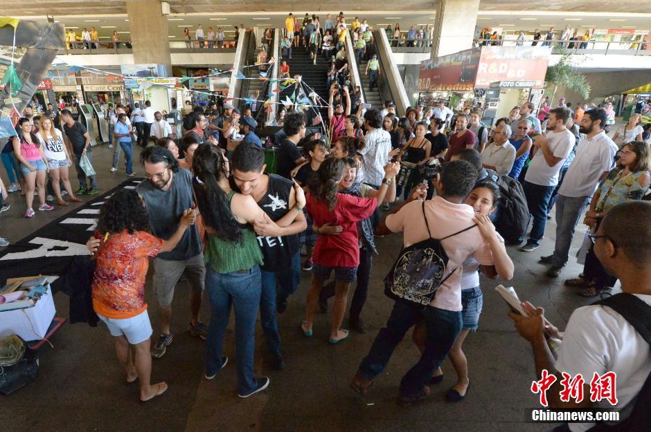 巴西美女汽车站示威抗议 面前热舞狂欢 粤