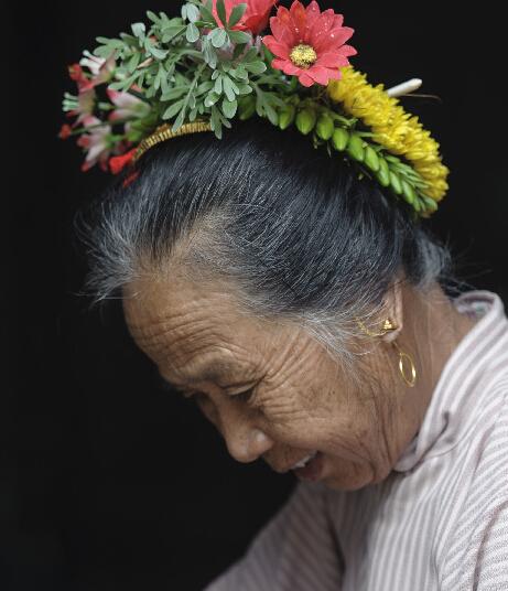 福建泉州丰泽区东海街道蟳埔社区,一位蟳埔女头上装饰着鲜艳的簪花