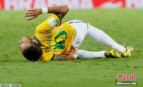 طبيب البرازيل يعلن انتهاء كأس العالم بالنسبة لنيمار نجم المنتخب
