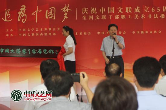 图为孙家正为中国文艺家之家展览馆运营揭牌,并宣布展览开幕。