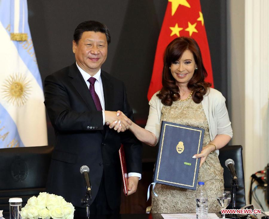 Chinese President Xi Jinping (L) shakes hands with Argentine President Cristina Fernandez de Kirchner during the signing of a joint statement after their talks in Buenos Aires, Argentina, July 18, 2014. Xi and his Argentine counterpart, Cristina Fernandez de Kirchner, agreed here Friday to upgrade bilateral ties to a comprehensive strategic partnership. (Xinhua/Liu Weibing)