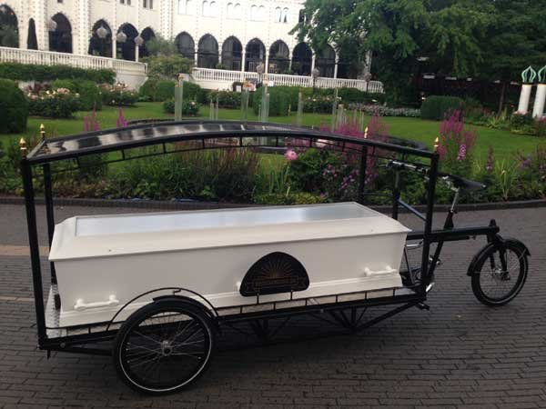 Undertaker Sille Kongstad's new hearse is about to make it's debut, carrying 87 year old jazz man and environmentalist Hans Albertsen for his ultimate bike ride.
