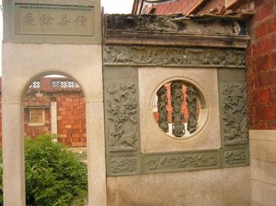 窗户的石柱上也雕刻了多种动物