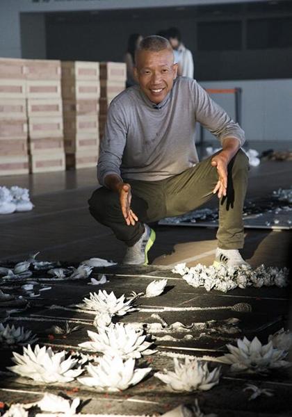 蔡国强在现场爆破作品《春夏秋冬》,图为艺术家检查爆破后的《夏》