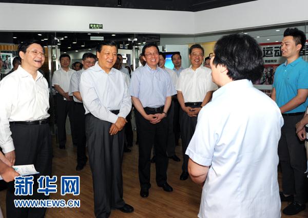 这是7月22日,刘云山在上海市静安区就楼宇党建工作进行调研。记者 饶爱民 摄
