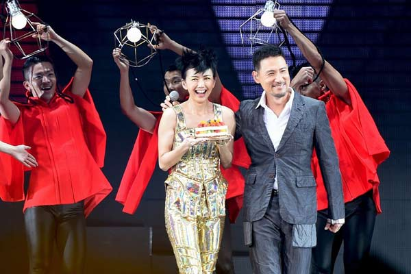 Sun just turned 36 on Wednesday. Special guest Jacky Cheung surprises her with a birthday cake on stage that leaves her speechless.