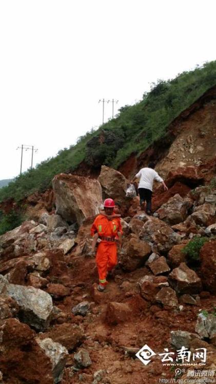 鲁甸地震发生后,他和同事第一时间开着推土机等大型设备开往灾图片