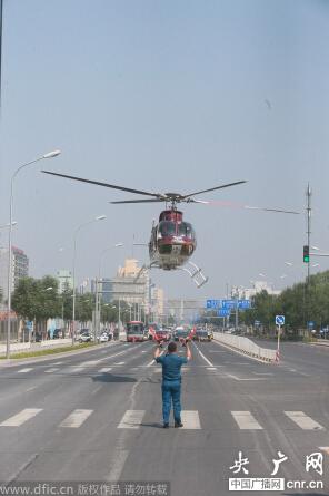 北京,一架直升飞机缓缓停在了安贞路