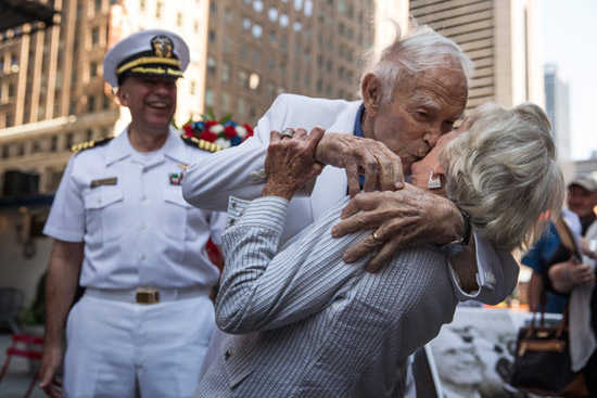 Couple re-enact historic kiss for VJ Day