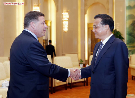 Chinese Premier Li Keqiang (R) meets with a delegation of U.S. congressmen led by Bill Shuster (L), chairman of the House Transportation and Infrastructure Committee, in Beijing, capital of China, Aug. 16, 2014. (Xinhua/Ju Peng)