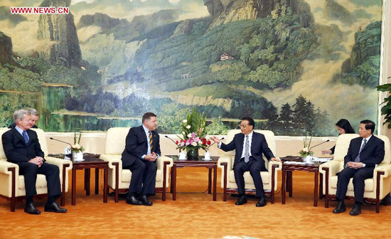 Chinese Premier Li Keqiang (3rd R) meets with a delegation of U.S. congressmen led by Bill Shuster (3rd L), chairman of the House Transportation and Infrastructure Committee, in Beijing, capital of China, Aug. 16, 2014. (Xinhua/Ju Peng)