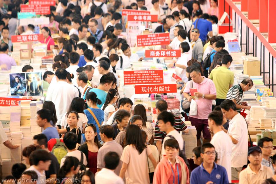 Weekend crowds throng to Shanghai Book Fair