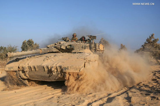 An Israeli Merkava tank rolls in southern Israel bordering the Gaza Strip, on Aug. 19, 2014. Three Palestinians were killed and 40 others wounded in the intensive Israeli airstrikes on the Gaza City on Tuesday night, shortly before an end of a 24-hour ceasefire in the Gaza Strip, medics said. (Xinhua/JINI/Ilan Asayaag)
