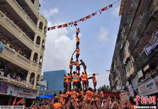 Indians honor Hindu god with human pyramids