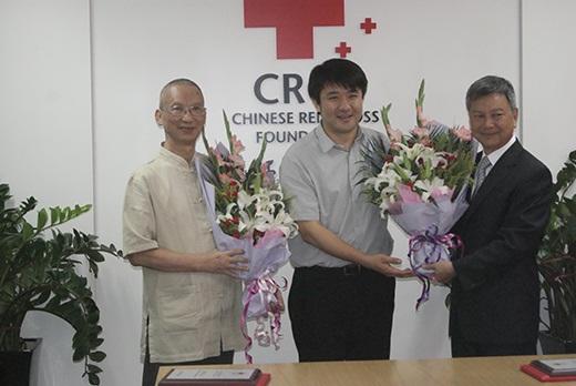 廖宙理事长(左) 丁硕副秘书(中) 张公仆董事长(右)