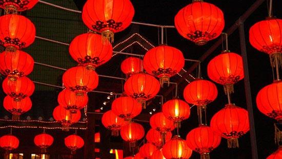 原标题: 中国地缘广大,人口众多,风俗各异,中秋节的过法也是多种多样,并带有浓厚的地方特色。一些地方还形成了很多特殊的中秋习俗。除了赏月、祭月、吃月饼外,还有香港的舞火龙、安徽的堆宝塔、广州的树中秋、晋江的烧塔仔、苏州石湖看串月、傣族的拜月、苗族的跳月、侗族的偷月亮菜、高山族的托球舞等。