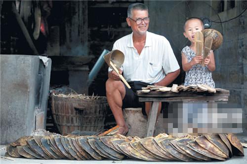 鲎少了,人老了,举起鲎勺玩耍的孙子,也不会继承这门手艺了。庄辉建家里的鲎壳,或将成为泉州的最后一批鲎勺。