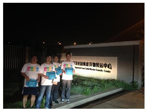 """(志愿者们在武汉东湖新技术开发区固体废弃物转运中心发送""""爱心包"""")"""
