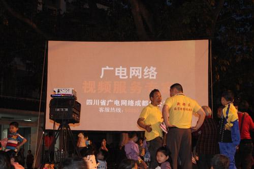 吴发贵(右三)在放映前和同事讨论工作