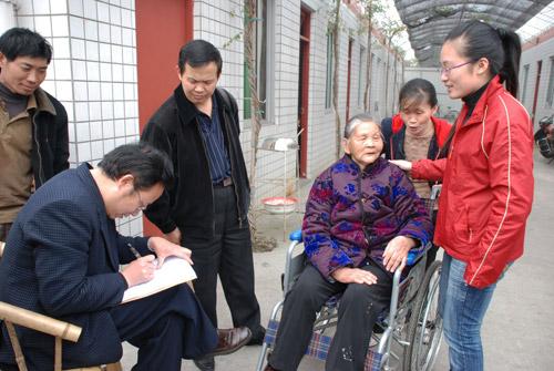 周有志(左二)为福州籍老人上门做公证登记