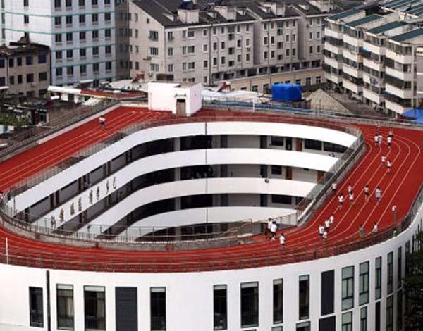 小学的房顶环形跑道正式启用,学生们首次在环形跑道上跑步玩耍.-
