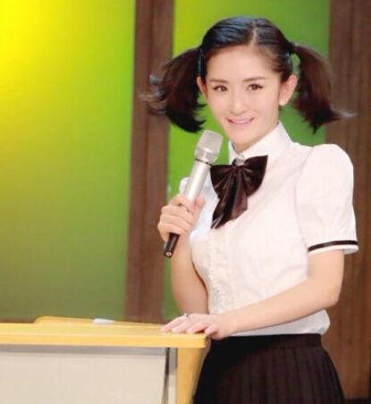 照片中她身穿格子超短裙款学生装,头上还扎了两个马尾,造型很是乖巧.图片